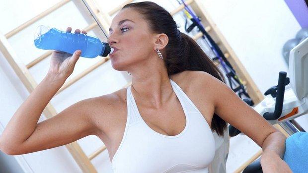 mulher-bebendo-isotonico-em-academia-size-620