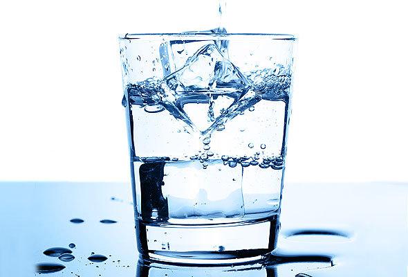 shutterstock_agua-copo-gelo