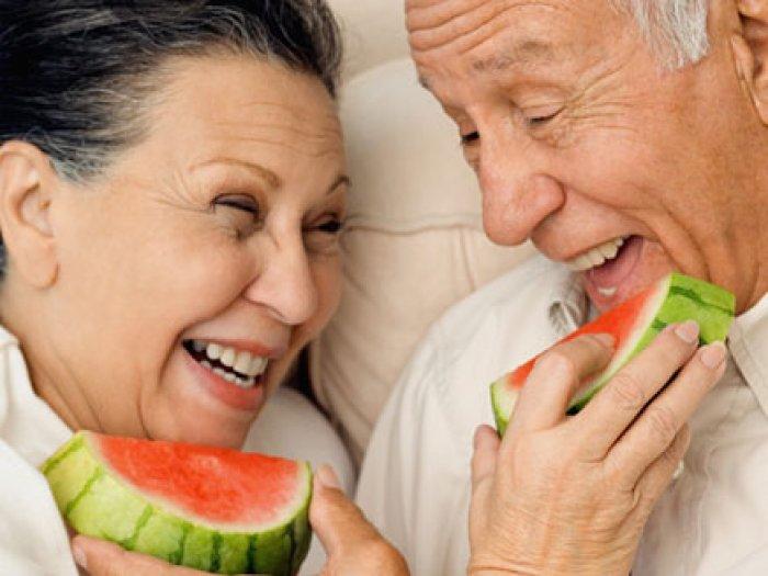 Resultado de imagem para idosa comendo
