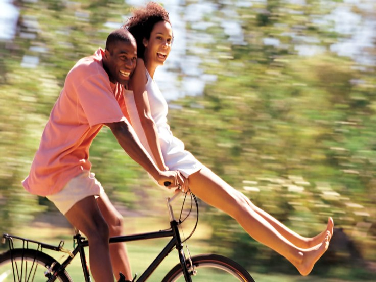 casal-de-namorados-andando-de-bicicleta-f46b2