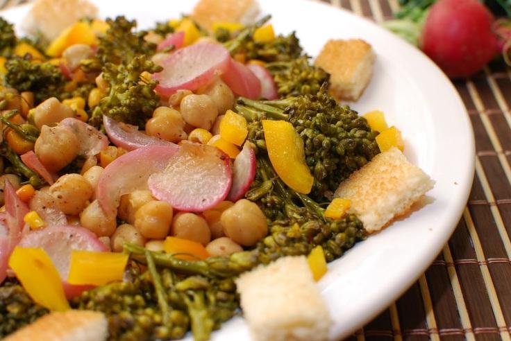 salada-de-brocolis-milho-grao-de-bico-e-rabanete
